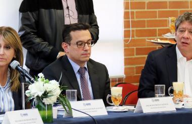 Griselda Restrepo, Óscar Valencia y Bruce Mac Master, en la reunión de la Comisión.