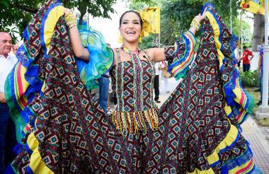 La reina del Carnaval  2018, Valeria Abuchaibe Rosales, llegó bailando al barrio Siete Bocas.
