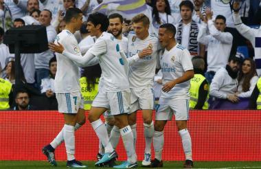 Los jugadores del Real Madrid celebrando uno de los goles del triunfo.