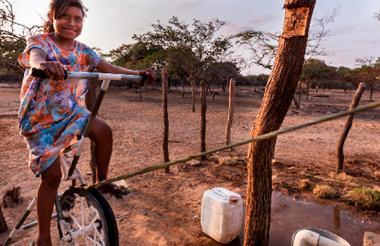 Una niña wayuu maneja el sistema de bombeo de agua con energía solar fotovoltaica y energía mecánica.