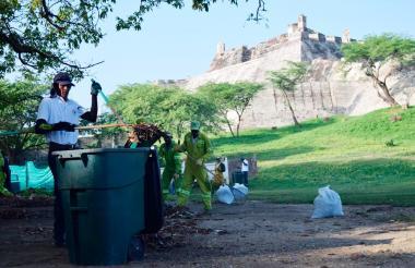 Limpieza alrededor del Castillo de San Felipe.