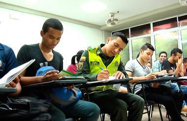 En las aulas todos son iguales, atentos a las instrucciones del profesor durante las clases diarias.