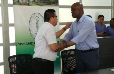 Momento de la firma del memorando de entendimiento entre el ministro de ambiente, Luis Gilberto Murillo (derecha) y el rector de la Universidad de Córdoba, Jairo Torres Oviedo.