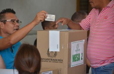 Ciudadano vota durante la consulta liberal realizada el 19 de noviembre.