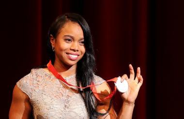 La pesista Leidy Solís sonríe con su presea olímpica.