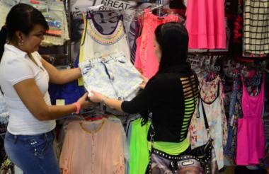 Una joven atiende a una cliente en su lugar de trabajo.