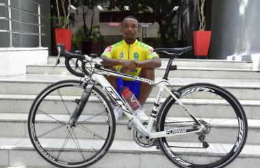 El ciclista barranquillero Mervin Castellón, de 25 años, llegó ayer en bicicleta al diario EL HERALDO.