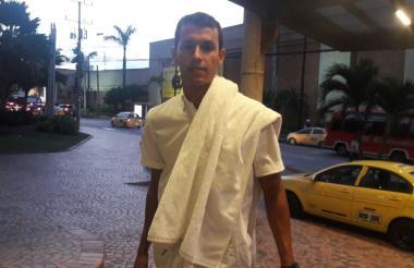 Andrés Ricaurte en las afueras del hotel Dann Carlton, donde se hospedó en Barranquilla mientras trataba de finiquitar su vinculación al club rojiblanco.