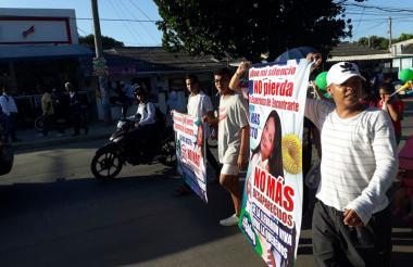 Con pancartas y globos, familiares marchan por la aparición de Gabriela Romero.