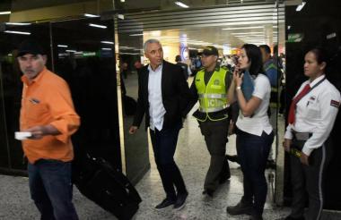 El técnico Alexis Mendoza pasa por la puerta de llegadas del aeropuerto Ernesto Cortissoz.