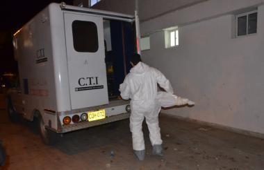 funcionarios del CTI de la Fiscalía realizaron en la noche de este jueves la inspección del cuerpo de la menor.
