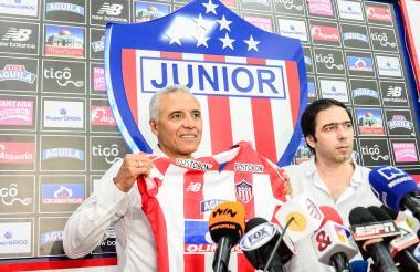 Antonio Char junto a Alexis Mendoza ayer en la presentación oficial como nuevo técnico del Junior.