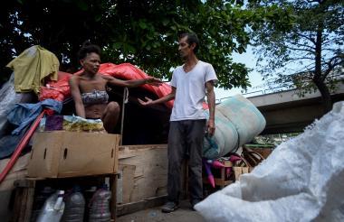 Yosoandy Rocha y Benjamín Santoya, en el cambuche que deben retirar en un plazo de tres días.