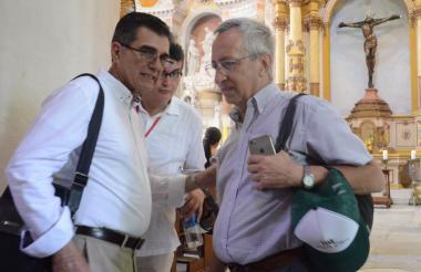 Representante de Iconos, Luis María Calvo (der) en la iglesia de Santo Domingo.