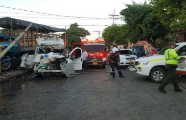 Imagen del choque entre la ambulancia y el camión.