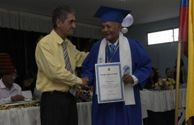 Roberto Salcedo, el abuelo de 77 años que se graduó de primaria este viernes.