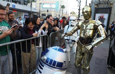 """Aficionados toman fotos a los personajes de la saga """"Star Wars"""" durante el estreno en el Teatro Chino TCL de Hollywood (EE.UU.)."""