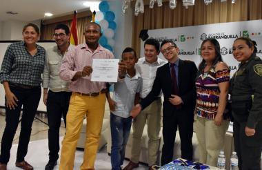 Familias reciben su diploma de graduados.