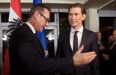 El vicecanciller entrante Heinz-Christian Strache  (izq), y el futuro canciller austríaco Sebastian Kurz.