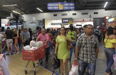 Decenas de compradores recorren un centro comercial ubicado en el norte de Barranquilla.