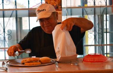 Trinidad Garza empaca panes dulces recién horneados a los clientes que atrajo a través de Twitter.