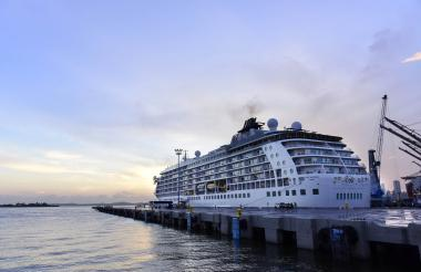 Barco atracado en el terminal de cruceros de Cartagena.