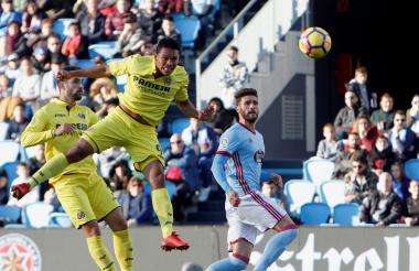 Carlos Bacca cabecea buscando el gol en el partido entre Villarreal y Celta de Vigo.