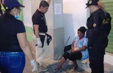 Una mujer habitante de la calle atendida por los voluntarios.