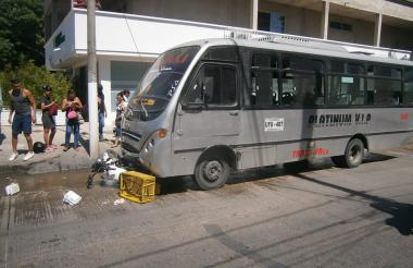 La moto quedó debajo del bus tras el impacto.