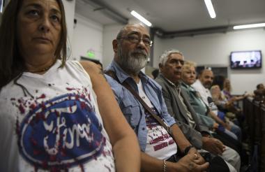 Carlos Propato (C), extrabajador de Ford y ex prisionero político, espera el inicio del juicio junto a otros demandantes, ayer en Buenos Aires.
