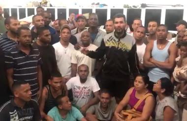 Parte de los detenidos en Caracas reunidos con sus familiares en la visita.