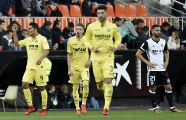 Carlos Bacca celebra el tanto que abrió el marcador en el partido Valencia-Villarreal.