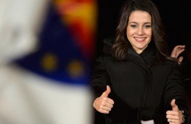 Inés Arrimadas saluda a sus simpatizantes.