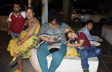 Anastasia de Echeverría y la hija del maestro, Ana Sofía, la noche de este domingo en las afueras de la clínica Julio Enrique Medrano.