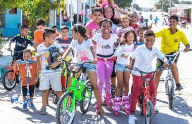 Un grupo de niños disfruta de sus patines y bicicletas en el barrio Rebolo.