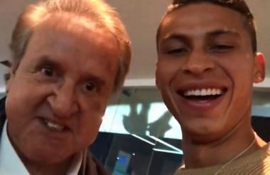Pérez, feliz junto al actor Carlos Villagrán.