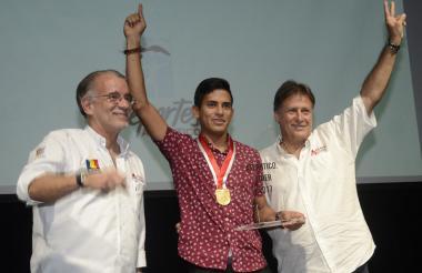 El gobernador Eduardo Verano, el ciclista Nelson Soto y Enrique Vengoechea.