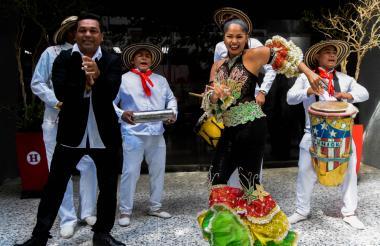 Pedro Tapias baila con Andrea De Alba en las instalaciones de EL HERALDO.
