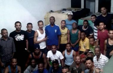Parte del grupo de los 58 colombianos detenidos en Caracas.