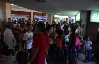Cientos de viajeros tratan de comprar tiquetes en la Terminal de Transportes de Barranquilla.