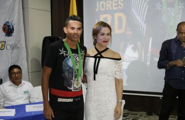 Luis Díaz recibiendo su galardón en La Guajira.