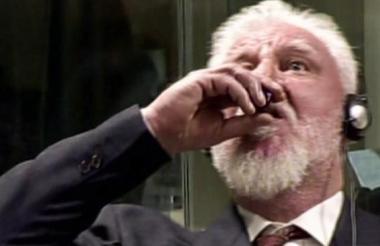 Momento en el que el bosniocroata Slobodan Praljak se toma el veneno.
