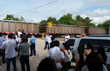 El sepelio frenado por el paso del tren del carbón.