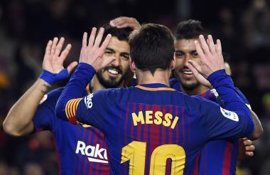 Lionel Messi, Luis Suárez y Paulinho, autores de los goles del Barcelona, festejan el tanto anotado por el brasileño.