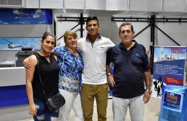 El ciclista barranquillero Nelson Soto con sus familiares antes de partir a Bogotá.