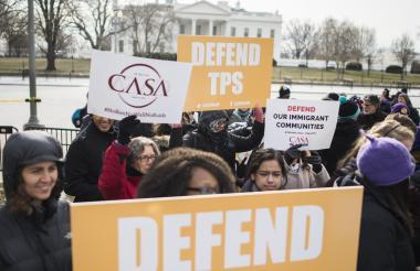 Inmigrantes protestan cerca a la Casa Blanca en rechazo a la medida de EEUU.