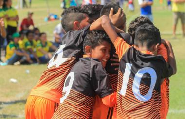 Los niños de Juventud 2000 celebran uno de los goles.