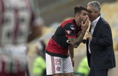 Reinaldo Rueda le da explicaciones al atacante Vizeu.