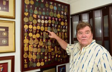 Un medallero en cada pared de su apartamento tiene Bellingrodt.