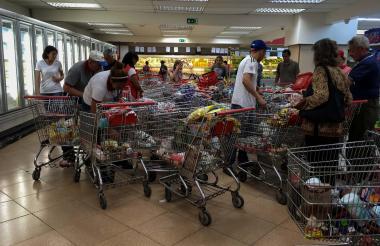 Venezolanos buscan alimentos en un supermercado.